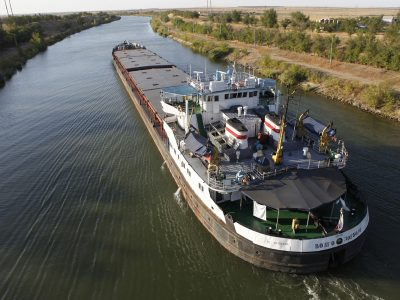 A bulk carrier sails along the Volga-Don ship canal that links the rivers of Volga and Don, outside the Russia's southern city of Volgograd, September 8, 2010. Picture taken September 8, 2010. REUTERS/Ilya Naymushin (RUSSIA - Tags: ENVIRONMENT TRANSPORT SOCIETY) - RTR2I38B